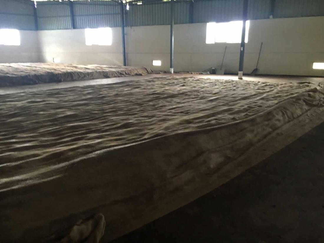 Zugedeckt und in einem kontrolliert heiss-feuchten Klima wird Pu Er fermentiert