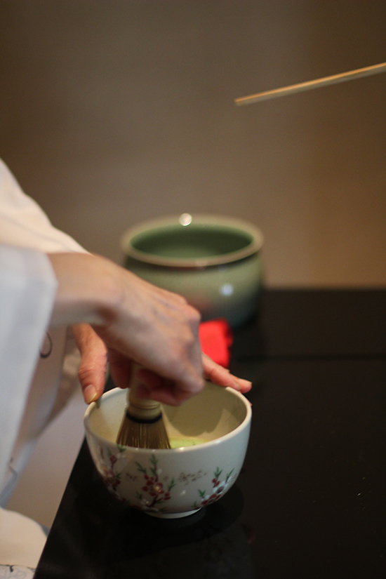 Maccha, der japanische Pulvertee, wird schaumig geschlagen