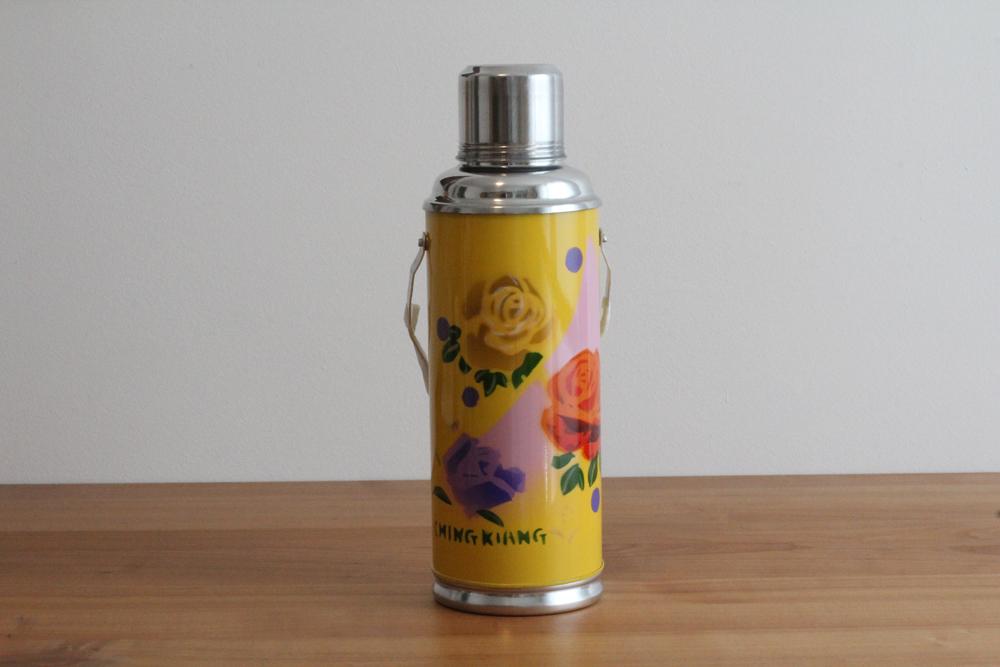 produktbild zu thermoskanne 1 2 l gelb mit rosenmotiv 1365. Black Bedroom Furniture Sets. Home Design Ideas